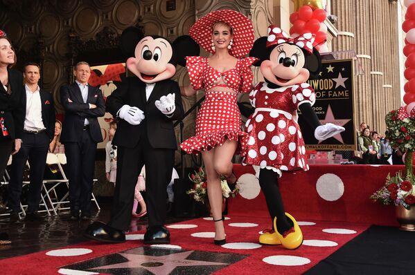 Piosenkarka Katy Perry z Mickey Mouse i Minnie Mouse na Alei Gwiazd w Los Angeles - Sputnik Polska