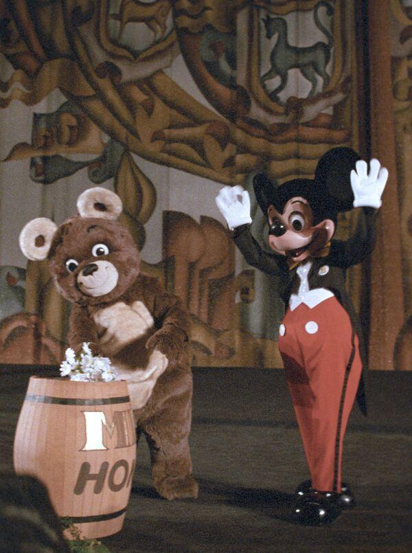 Niedźwiedź Olimpijski i Myszka Miki podczas ceremonii otwarcia pokazu filmu animowanego Walta Disneya w kinie Rossija, 1988 rok  - Sputnik Polska