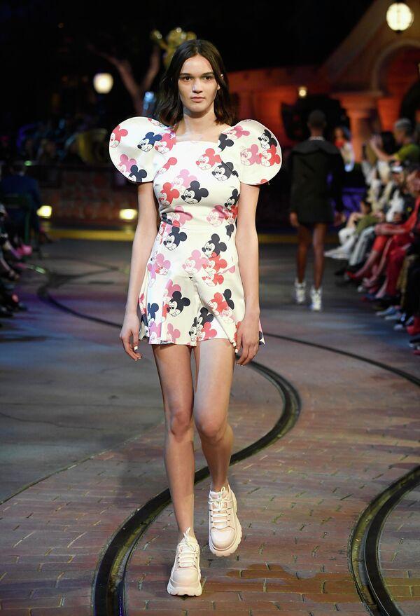 Modelka na wybiegu podczas ceremonii z okazji 90. rocznicy Minnie Mouse w Hollywood  - Sputnik Polska
