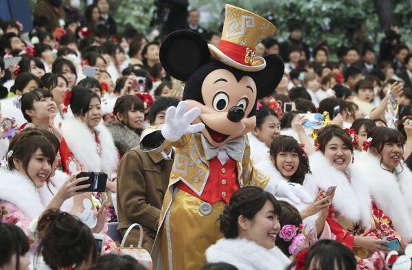 Myszka Miki z odwiedzającymi Disneyland w Tokio - Sputnik Polska