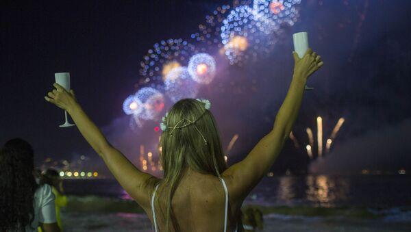 Dziewczyna podczas Sylwestra na plaży w Rio de Janeiro - Sputnik Polska