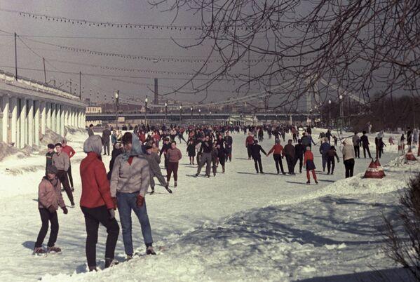 Lodowisko w parku Gorkiego w Moskwie - Sputnik Polska