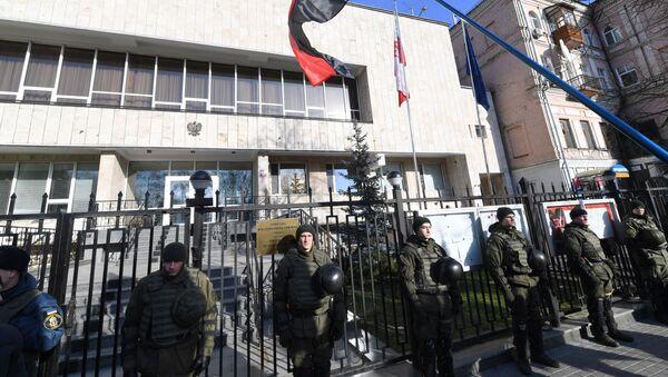 Flaga ukraińskich nacjonalistów przed polską ambasadą w Kijowie - Sputnik Polska