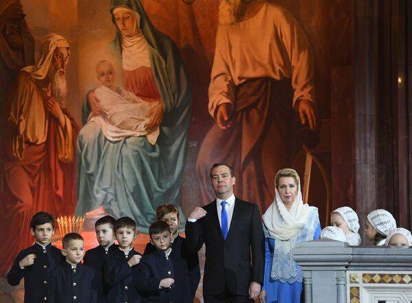 Premier Rosji Dmitrij Miedwiediew z żoną Swietłaną Miedwiediewą w czasie liturgii bożonarodzeniowej w Soborze Chrystusa Zbawiciela w Moskwie - Sputnik Polska