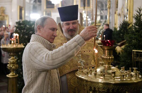 Prezydent Władimir Putin w czasie liturgii bożonarodzeniowej w Soborze Chrystusa Zbawiciela w Petersburgu - Sputnik Polska