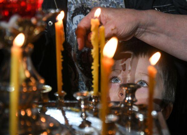 Dziecko w czasie liturgii bożonarodzeniowej w Soborze Chrystusa Zbawiciela w Moskwie - Sputnik Polska