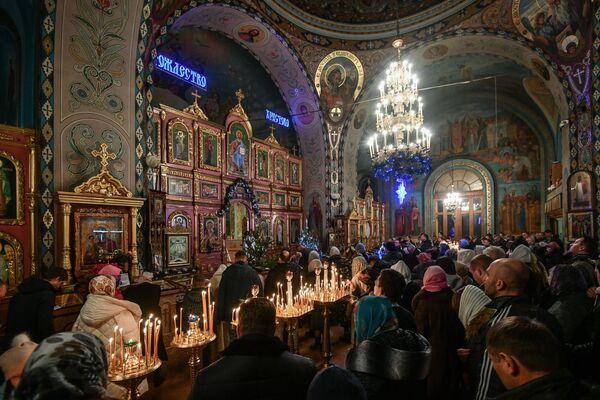 Wierni w czasie liturgii bożonarodzeniowej w Pietropawłowskim Soborze Katedralnym w Symferopolu - Sputnik Polska