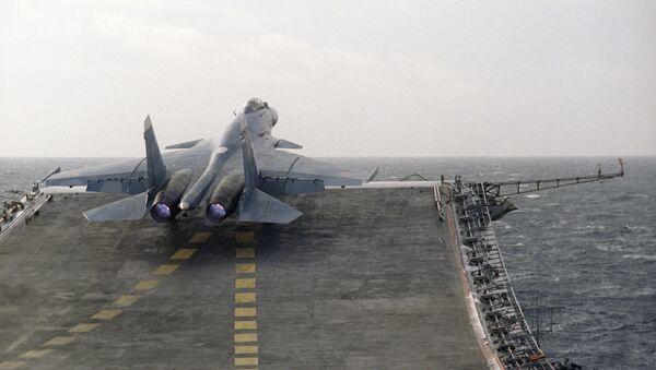 Myśliwiec Su-27K na pokładzie ciężkiego krążownika Admirał Kuzniecow  - Sputnik Polska