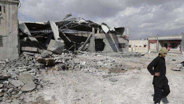Zniszczenia w miejscowości Idlib po nalotach punktowych rosyjskiego lotnictwa na pozycje PI w Syrii - Sputnik Polska