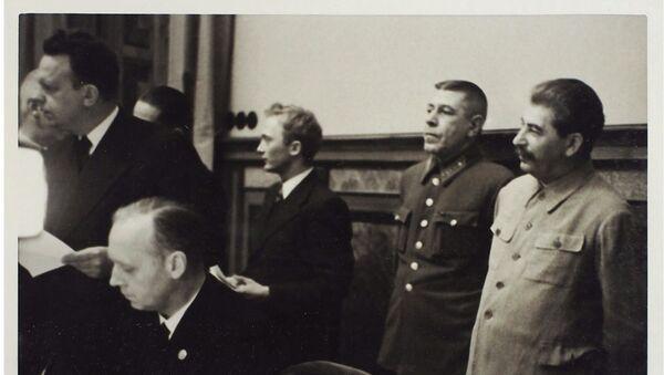Podpisanie paktu Ribbentrop-Mołotowa na 9 zdjęciach. Dom aukcyjny Litfond - Sputnik Polska
