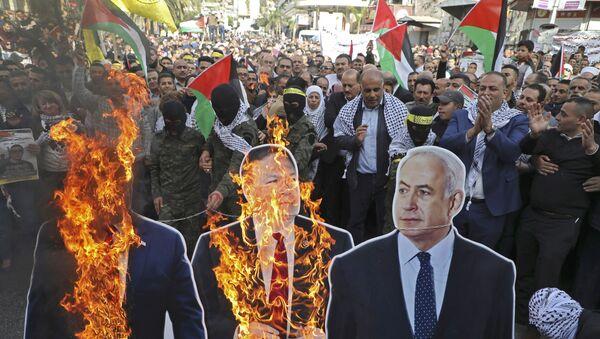 Palestyńczycy palą portrety Donalda Trumpa, Mike'a Pompeo i Benjamina Netanyahu podczas demonstracji - Sputnik Polska