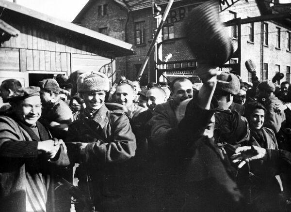 Pierwsze chwile wolności. Wyzwolenie więźniów Auschwitz przez wojska radzieckie - Sputnik Polska