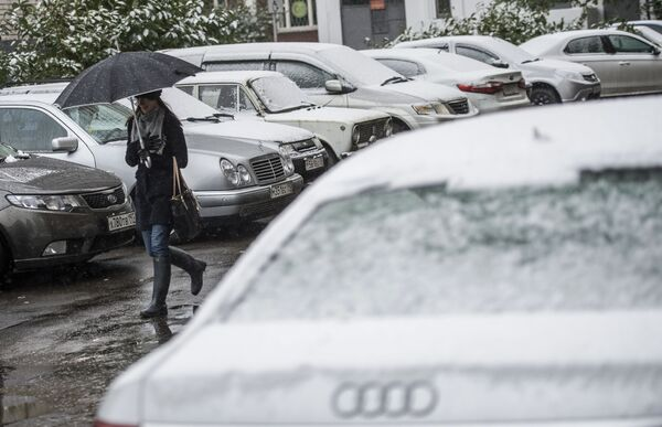 Dziewczyna pod parasolką - Sputnik Polska