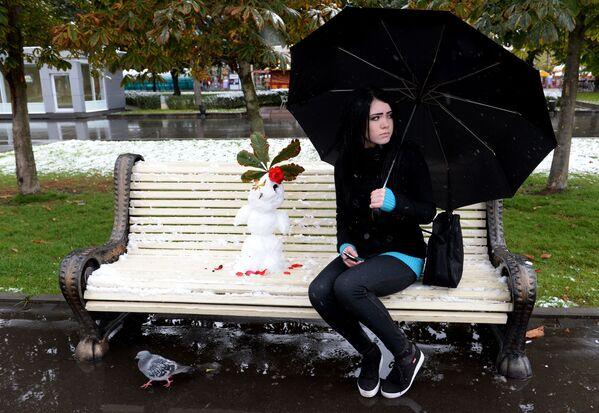 Dziewczyna w parku w Moskwie - Sputnik Polska