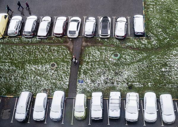 Zaśnieżone samochody w dzielnicy sypialnej Moskwy - Sputnik Polska