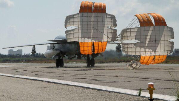 Rosyjski myśliwiec-bombowiec Su-24 ląduje się na lotnisku Latakia w Syrii - Sputnik Polska