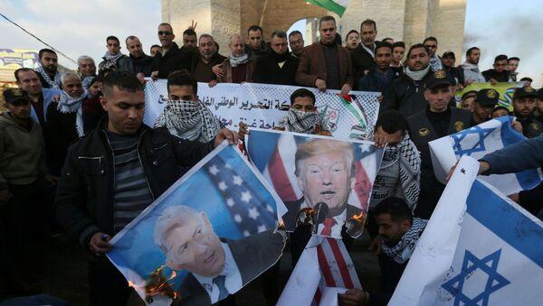 Palestyńczycy palą portrety prezydenta USA Donalda Trumpa i premiera Izraela Benjamina Netanjahu. - Sputnik Polska