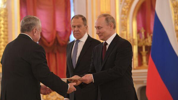 Prezydent Rosji Władimir Putin i minister spraw zagranicznych Siergiej Ławrow na uroczystości wręczenia listów uwierzytelniających - Sputnik Polska