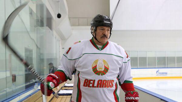 Aleksandr Łukaszenka gra w hokeja w Soczi - Sputnik Polska
