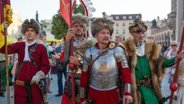 Mężczyźni w kostiumach stylizowanych na polską szlachtę  - Sputnik Polska