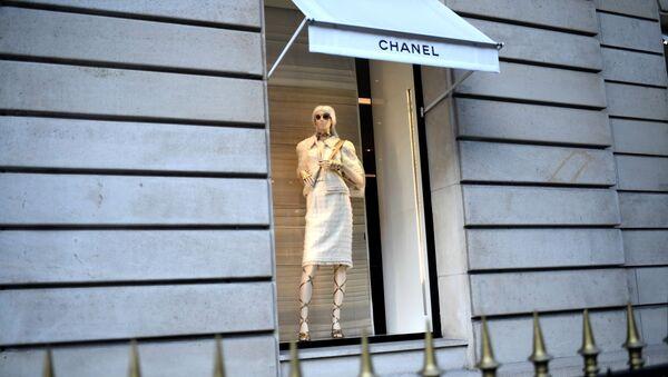 Witryna sklepu Chanel w Paryżu. - Sputnik Polska
