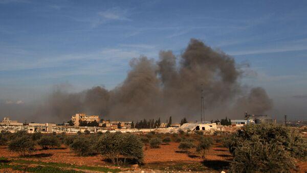 Kłęby dymu unoszące się po nalocie w pobliżu tureckiego wojskowego punktu obserwacyjnego pomiędzy północno-zachodnim syryjskim miastem Idlib a sąsiednim miastem Qaminas - Sputnik Polska