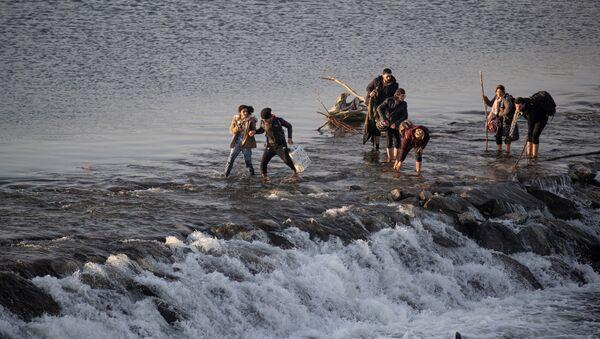 Migranci przekraczają rzekę Marica w Turcji - Sputnik Polska