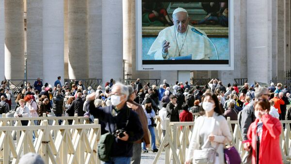 Po raz pierwszy Franciszek nie pojawił się w południe w oknie, ale z powodu kryzysu epidemiologicznego odmówił modlitwę w bibliotece Pałacu Apostolskiego. - Sputnik Polska