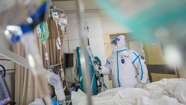 Pracownik medyczny w szpitalu w Wuhanie - Sputnik Polska