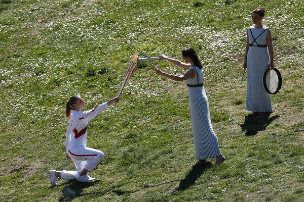 Ceremonia zapalenia ognia na starożytnym stadionie w Olimpii - Sputnik Polska