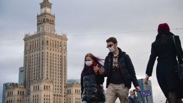 Ludzie w maskach w Warszawie - Sputnik Polska