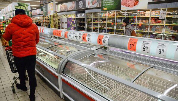 Puste lodówki w warszawskiej Biedronce - Sputnik Polska