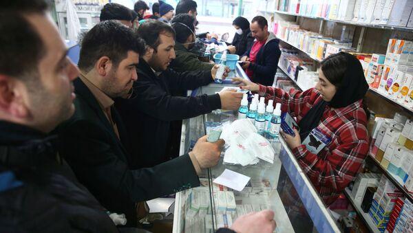 Kupujący w aptece w Teheranie - Sputnik Polska