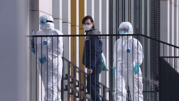 Lekarze prowadzą pacjenta z podejrzeniem koronawirusa do szpitala - Sputnik Polska