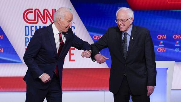 Były wiceprezydent USA Joe Biden i senator Bernie Sanders podczas debaty telewizyjnej - Sputnik Polska