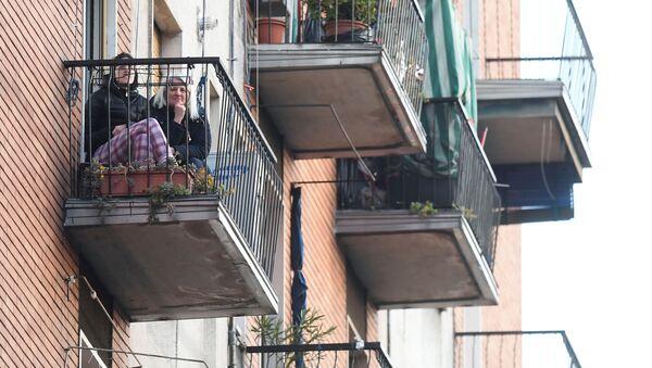Dziewczyny na balkonie w Mediolanie podczas kwarantanny - Sputnik Polska