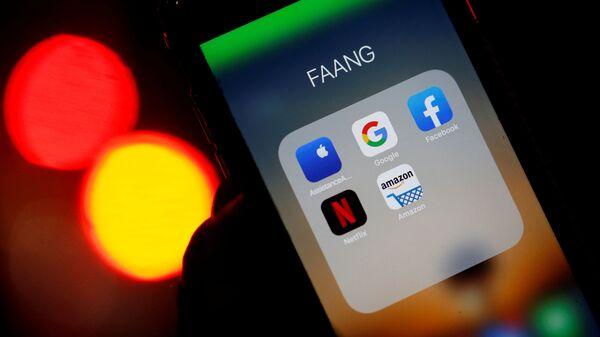 Ikony aplikacji Google, Amazon, Facebook, Apple i Netflix na ekranie telefonu - Sputnik Polska
