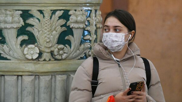Dziewczyna na stacji metra w Moskwie - Sputnik Polska