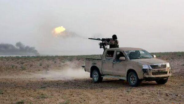 Terrorysta Państwa Islamskiego strzela w kierunku armii rządowej Baszara al-Asada - Sputnik Polska