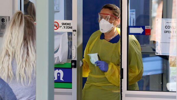 Pielęgniarka przy wejściu do nowej kliniki dla zarażonych koronawirusem w Australii - Sputnik Polska