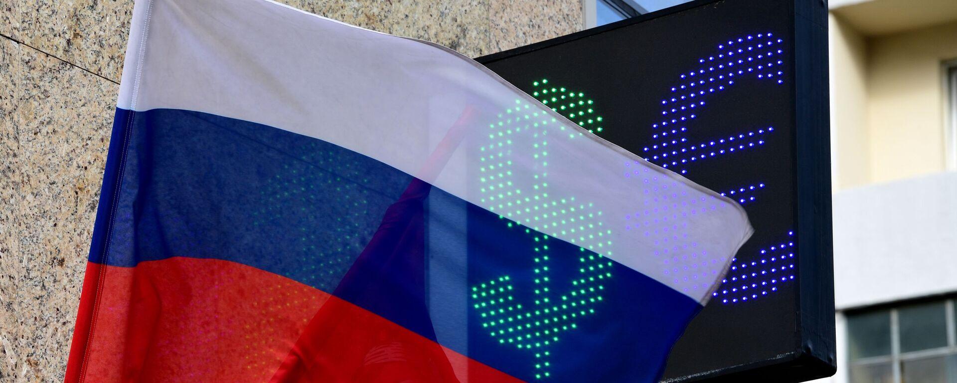 Symbole euro i dolara na tablicy kursu wymiany walut w Moskwie - Sputnik Polska, 1920, 24.09.2021