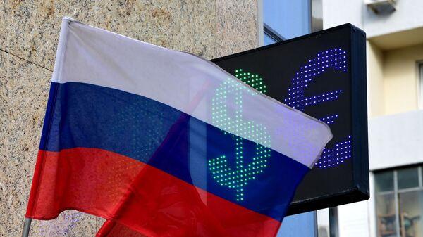 Symbole euro i dolara na tablicy kursu wymiany walut w Moskwie - Sputnik Polska