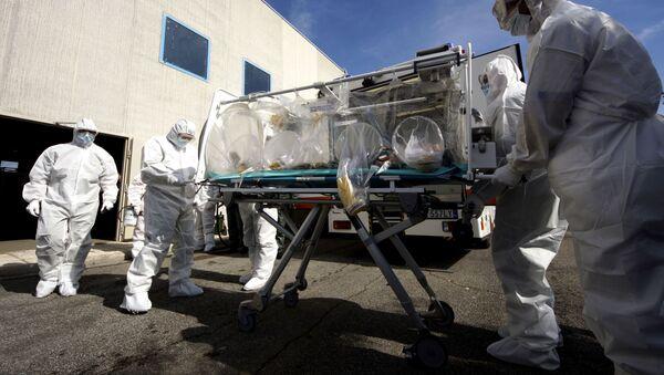 Włoscy lekarze uczą się jak transportować pacjentów zakażonych - Sputnik Polska