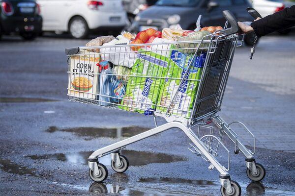 Konsument z wózkiem w supermarkecie w Niemczech - Sputnik Polska