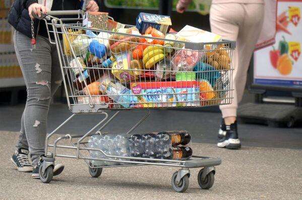 Konsument z wózkiem w supermarkecie w Austrii - Sputnik Polska