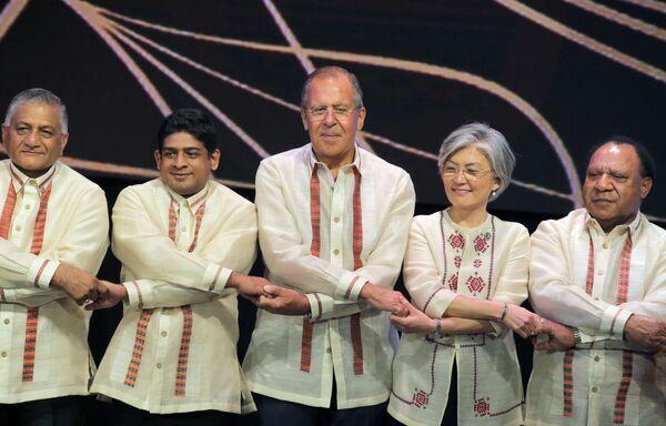 Siergiej Ławrow na sesji zdjęciowej podczas szczytu w Manili - Sputnik Polska