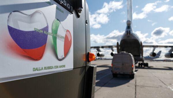 Samochód ze sprzętem medycznym przeznaczony do wysłania do Włoch w celu zwalczania wirusa COVID-19 - Sputnik Polska
