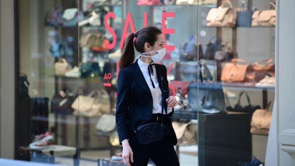 Dziewczyna w masce medycznej w centrum handlowym GUM w Moskwie - Sputnik Polska
