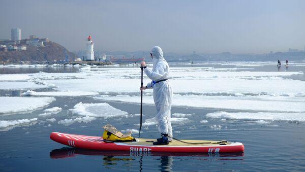 Surfer w kombinezonie ochronnym w zatoce w pobliżu Władywostoku - Sputnik Polska