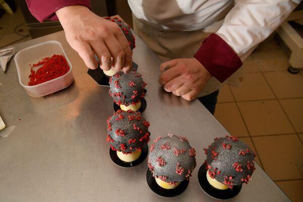 Producent czekolady Jean-Franзois Pre pokazuje jajka wielkanocne w kształcie koronawirusa - Sputnik Polska
